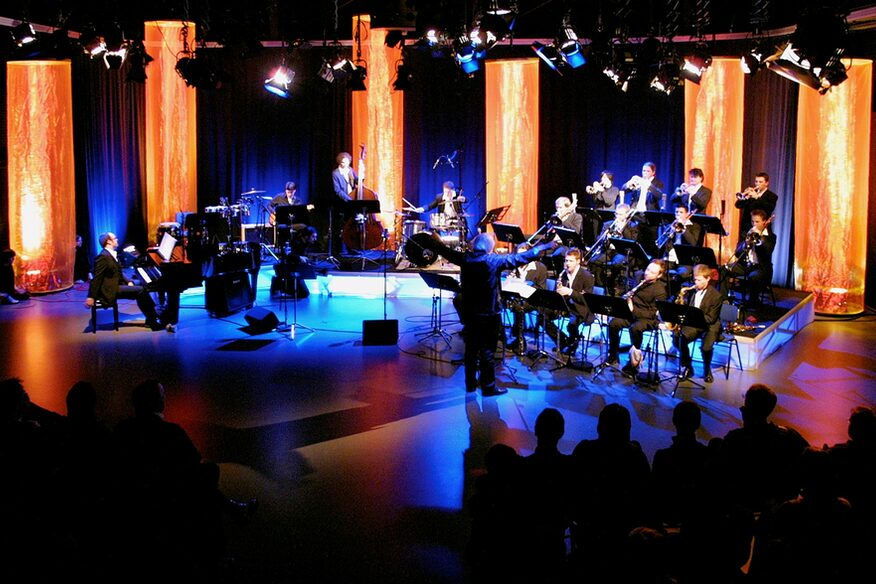 Konzert der Big Band in einem Studio.