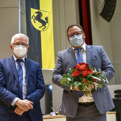 Oberbürgermeister Fritz Kuhn gratuliert dem neu gewählten Bezirksvorsteher von Obertürkheim, Kevin Latzel.