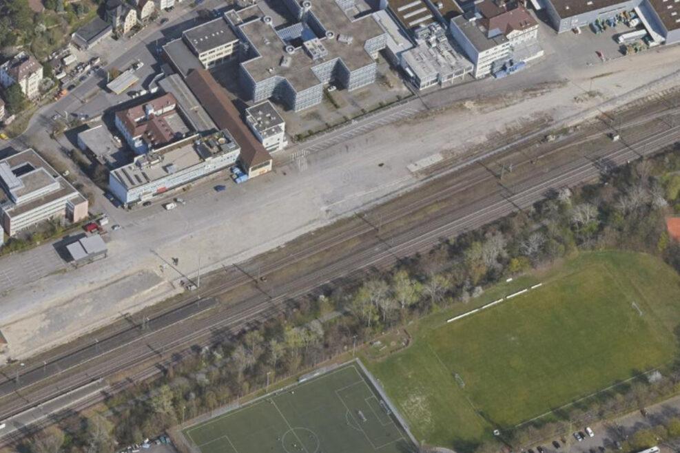 Oberhalb der Bahntrasse soll Wohnungsbau im Anschluss an das Bahnhofsgebäude (links) sowie Gewerbe auf der Fläche rechts entstehen.